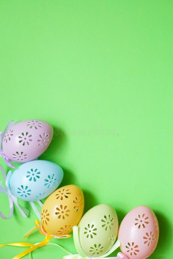 五上色了鞋带在绿色背景的复活节彩蛋在自然光 免版税库存图片