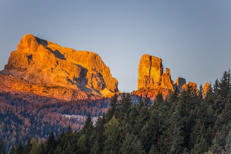 五个塔峰顶在日出的Cinque Torri看法从在秋天风景在白云岩,意大利的Falzarego通行证 免版税库存图片