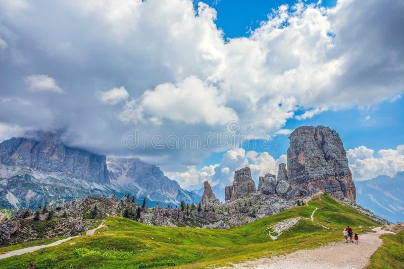 五个塔峰顶, Nuvolau小组,东方白云岩,在肾上腺皮质激素d `附近安佩佐著名冬天和夏天城市地方,威尼托, I 免版税库存照片