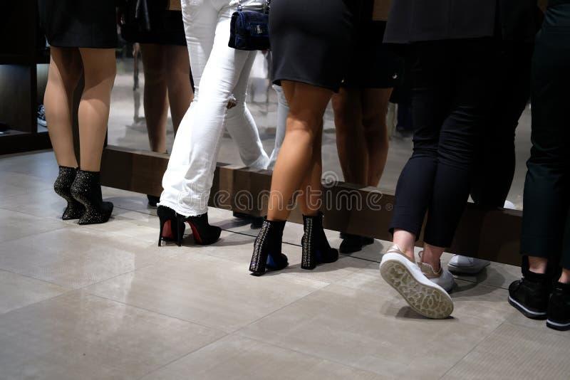 五个对在花梢鞋子的脚 免版税库存照片