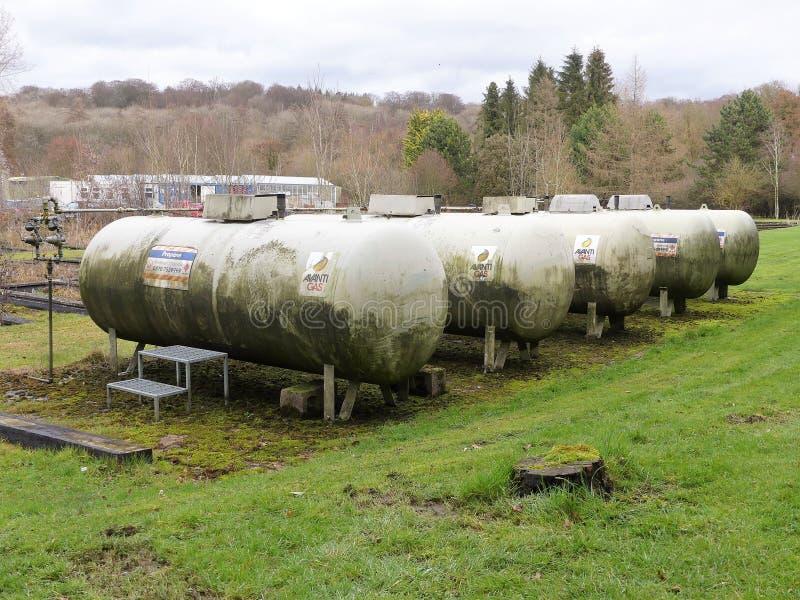 五个年迈的丙烷煤气罐在放牧的区域 免版税库存照片