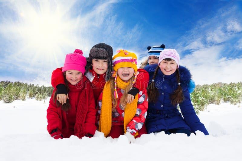 五个愉快的笑的孩子,冬天 免版税库存图片