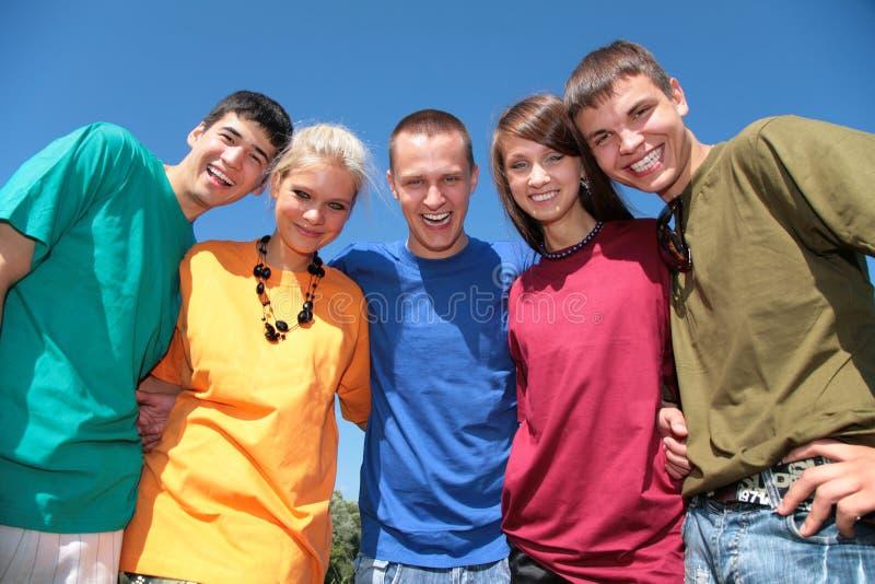 五个朋友编组多色衬衣 免版税库存照片
