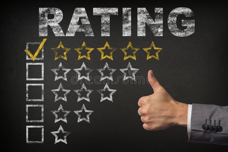 五五星规定值 赞许为在黑板的金黄规定值星服务 免版税库存图片