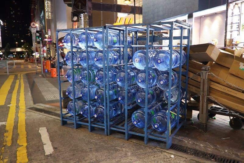 五加仑瓶在夜街道上的水 库存图片
