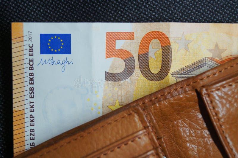 五十欧元笔记在一个皮革钱包里 免版税图库摄影