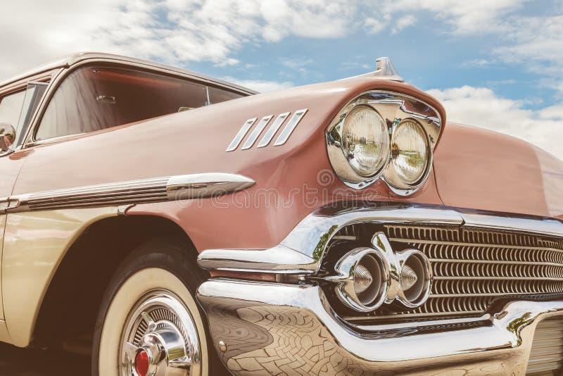 五十年代美国人汽车的正面图 免版税库存照片