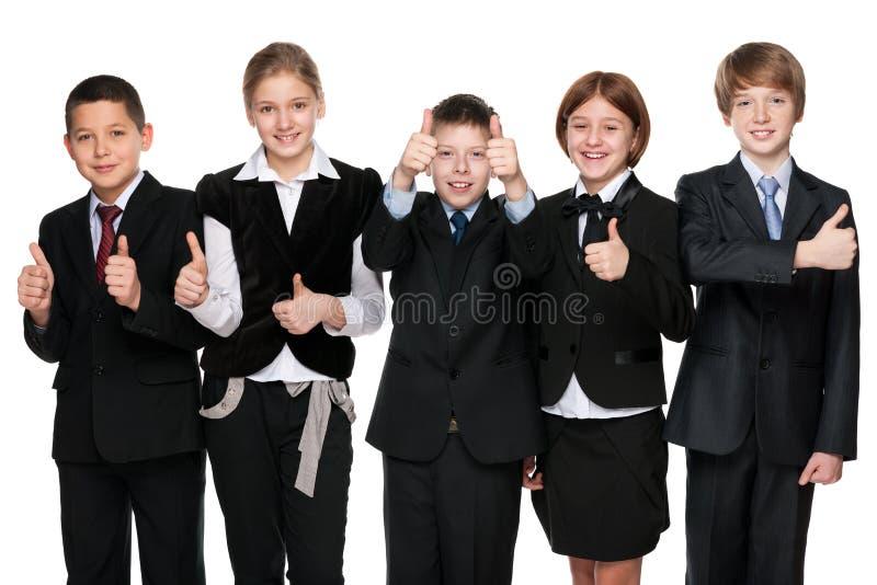 五名愉快的学生举行他的赞许 免版税库存照片