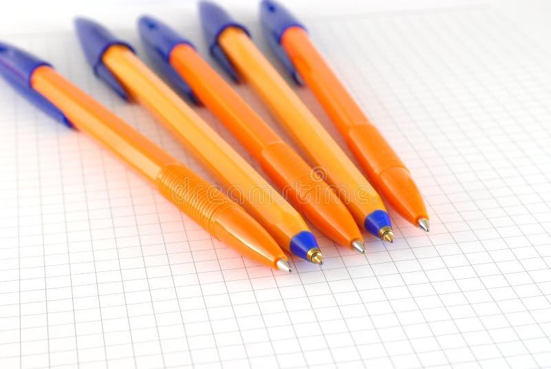 五在笔记薄被检查的纸的笔  库存图片