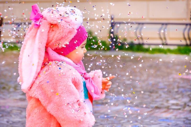 五彩纸屑狂欢节婴孩兔宝宝服装桃红色 库存照片