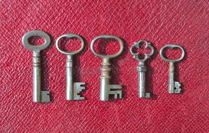 五把非常小古色古香的管子钥匙 图库摄影