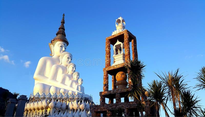 五白色在Wat Phasornkaew寺庙的菩萨雕象 免版税库存图片