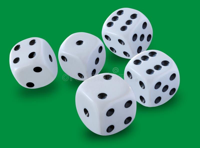 五白色把在双骰儿赌博, yatzy或任何投掷的大小切成小方块模子比赛反对绿色背景 免版税库存照片