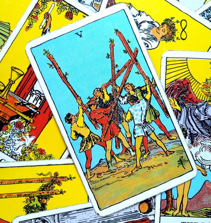 5五鞭子占卜用的纸牌冲突混乱混乱难驾驭的聒噪奋斗内在奋斗 皇族释放例证