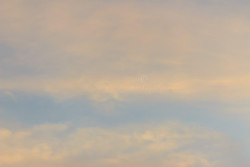 五颜六色与在云彩fo的红色,橙色和蓝色剧烈的天空 免版税库存照片
