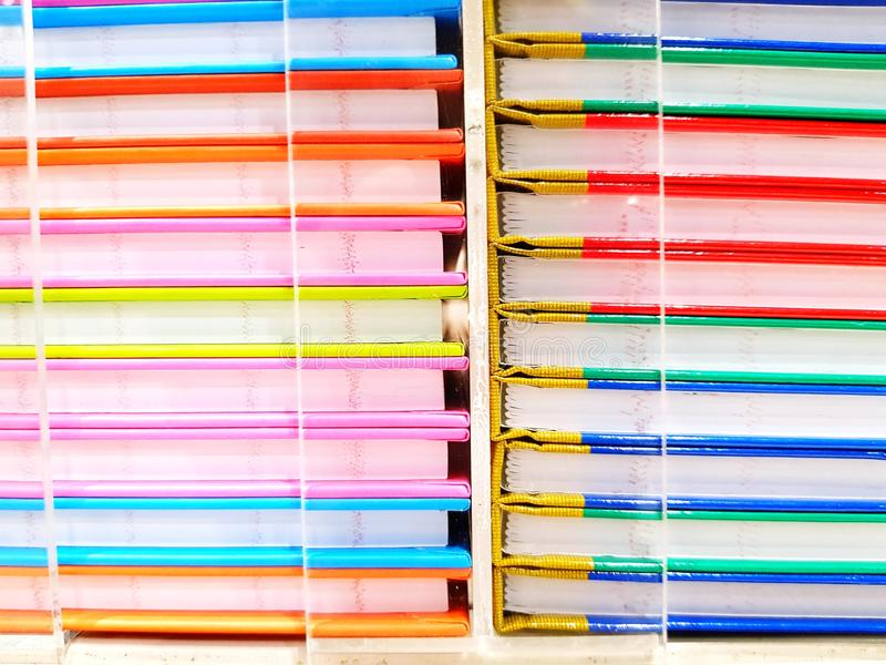 五颜六色书架在文具商店 库存图片