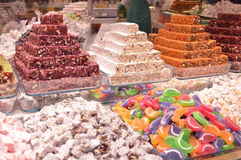 五颜六色典型的土耳其甜点在伊斯坦布尔义卖市场 免版税图库摄影