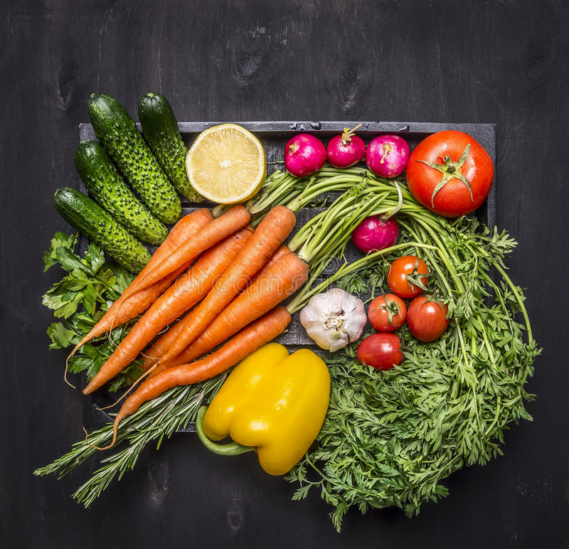 五颜六色各种各样在一个木箱的有机农厂菜在木土气背景顶视图关闭 免版税图库摄影