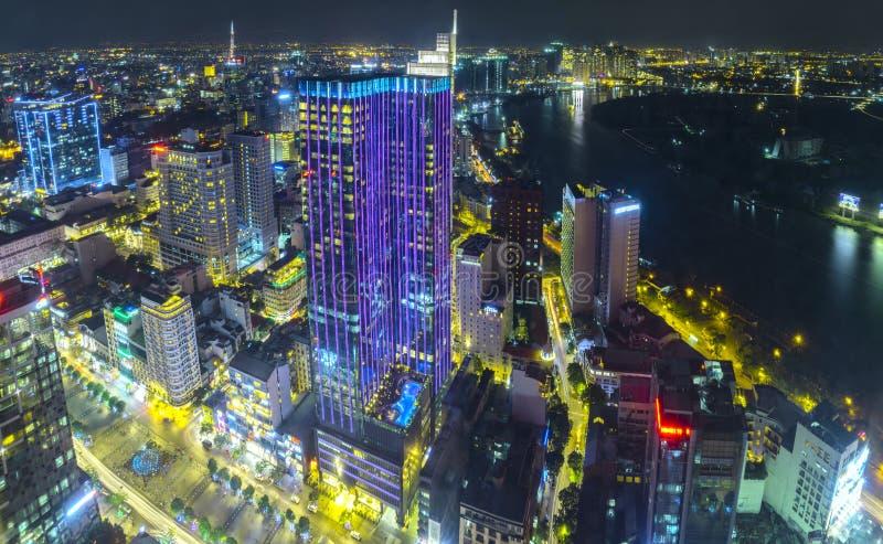 五颜六色和充满活力的都市风景空中夜视图  免版税库存图片