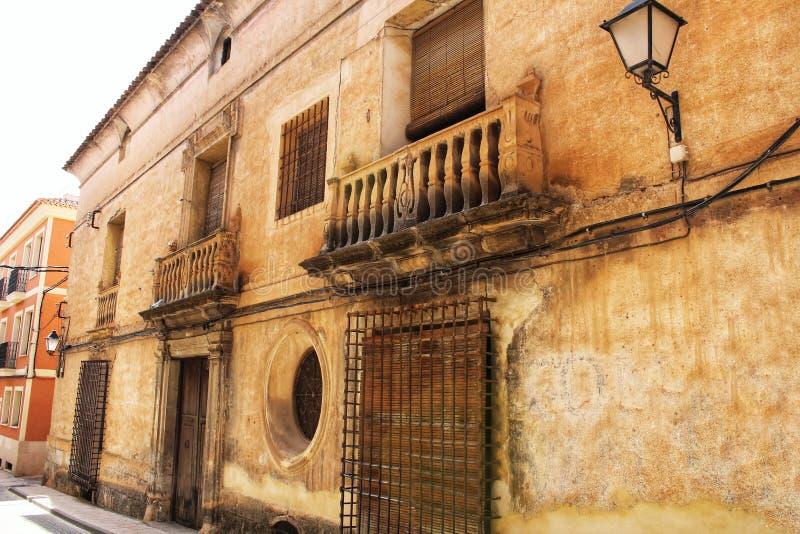 五颜六色和庄严老房子门面在卡拉瓦卡德拉克鲁斯,穆尔西亚,西班牙 库存照片
