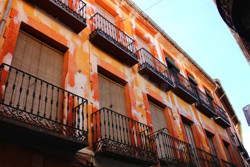 五颜六色和庄严老房子门面在卡拉瓦卡德拉克鲁斯,穆尔西亚,西班牙 库存图片