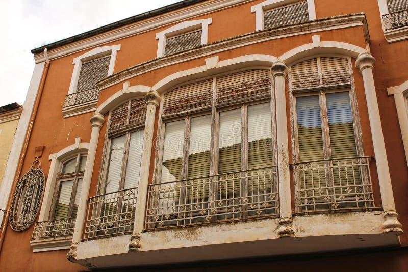 五颜六色和庄严老房子门面在卡拉瓦卡德拉克鲁斯,穆尔西亚,西班牙 免版税库存照片