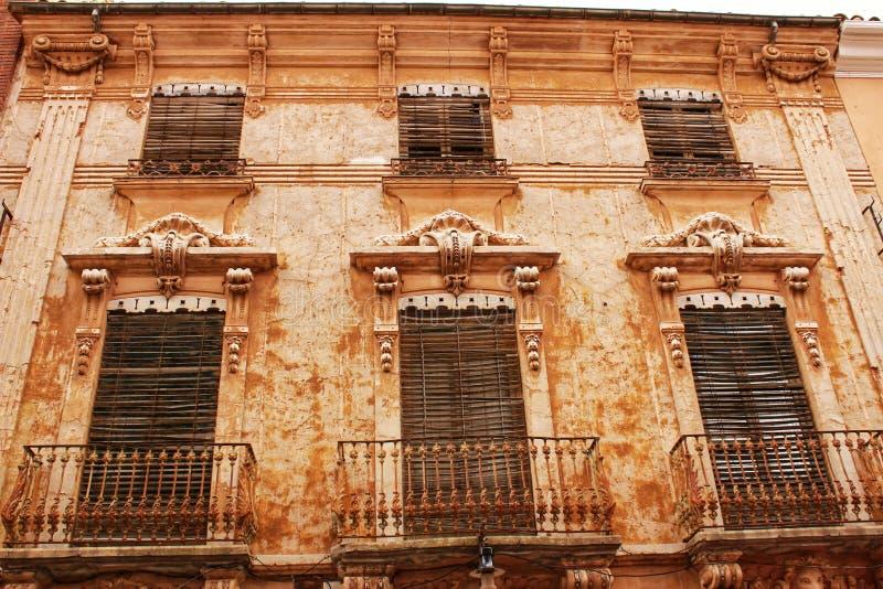 五颜六色和庄严老房子门面在卡拉瓦卡德拉克鲁斯,穆尔西亚,西班牙 免版税图库摄影