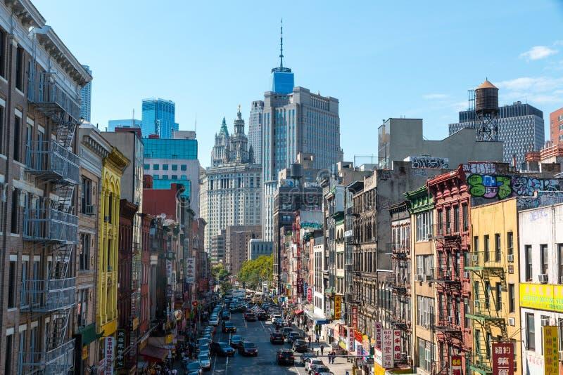 五颜六色和空的街道看法在有市政大厦的唐人街在背景中 免版税图库摄影