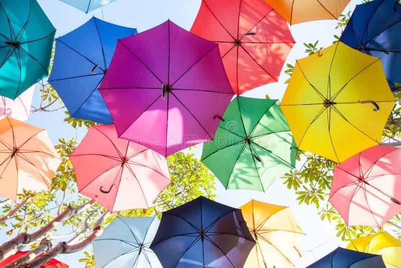 五颜六色在天空的伞 库存照片