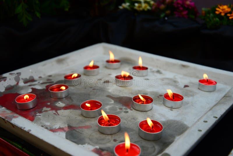 五颜六色在水泥盘子的芳香蜡烛 库存图片