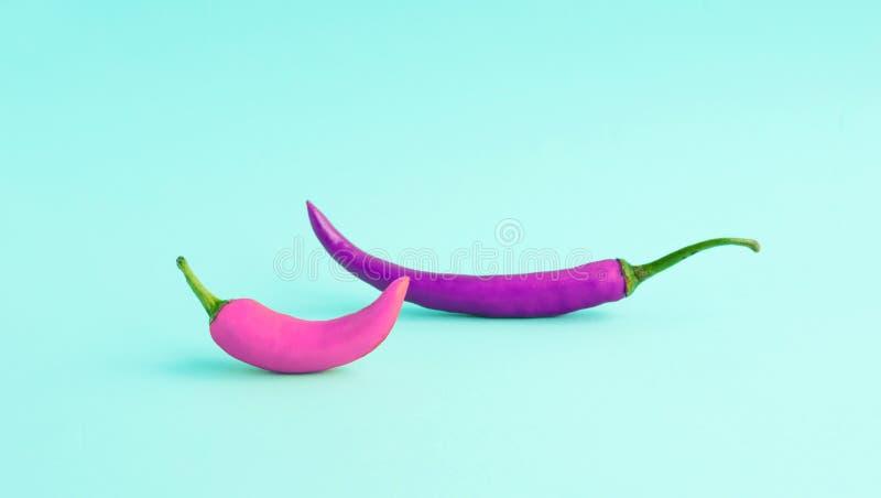 五颜六色在淡色的异乎寻常的辣椒 图库摄影