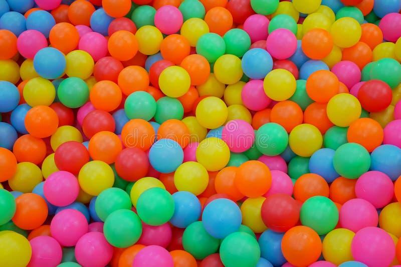 五颜六色在球坑的许多塑料球孩子活动的在儿童操场 免版税库存照片