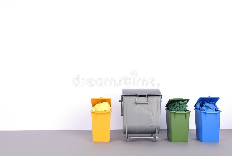五颜六色在白色背景的回收站 库存图片