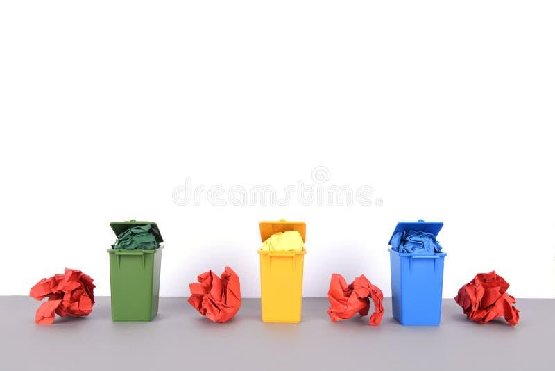 五颜六色在白色背景的回收站 图库摄影