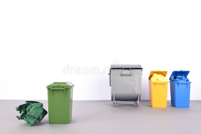 五颜六色在白色背景的回收站 库存照片