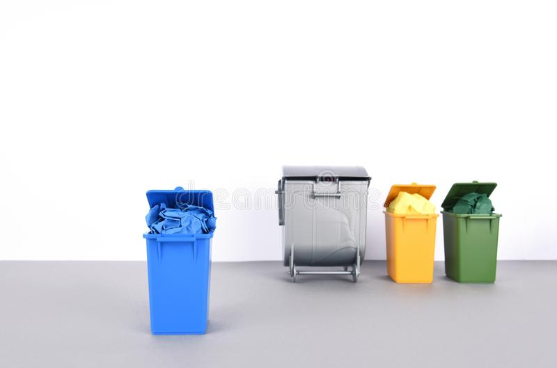 五颜六色在白色背景的回收站 免版税库存照片