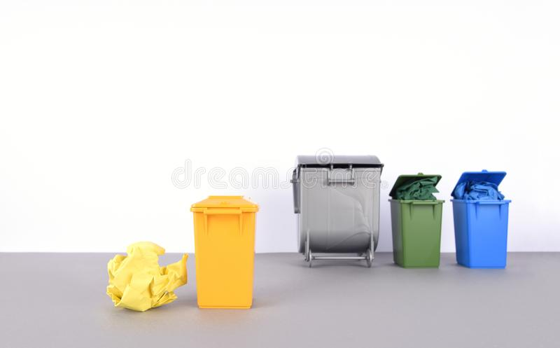 五颜六色在白色背景的回收站 免版税库存图片