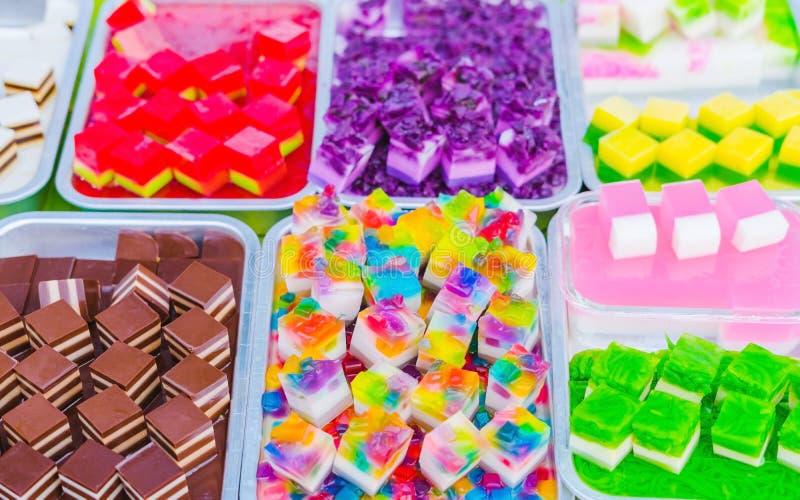五颜六色在铝盘子的泰国果冻在街道食物的待售 库存照片
