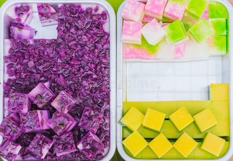 五颜六色在铝盘子的泰国果冻在街道食物的待售 免版税图库摄影