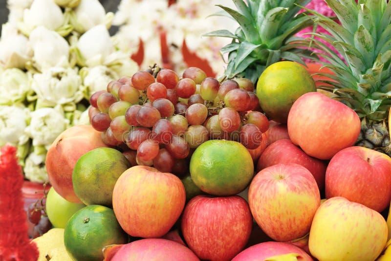 五颜六色在水果市场架子的混杂的果子 库存照片