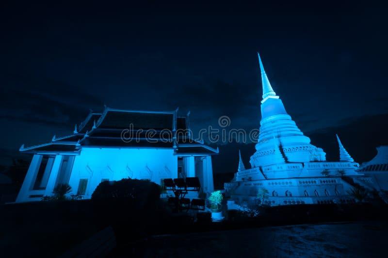 五颜六色在Phra Samut Chedi塔微明在泰国 免版税库存照片
