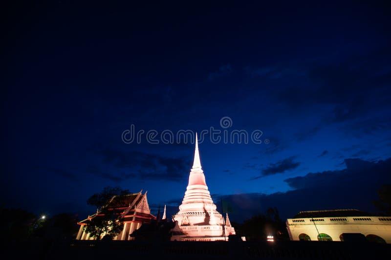 五颜六色在Phra Samut Chedi塔微明在泰国 图库摄影