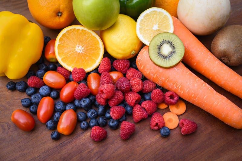 五颜六色新鲜的热带水果和菜夏天健康食物堆  免版税库存照片