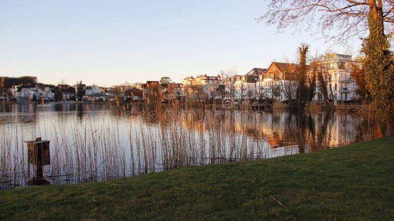 五颜六色有晚上光的小自然湖 免版税库存照片