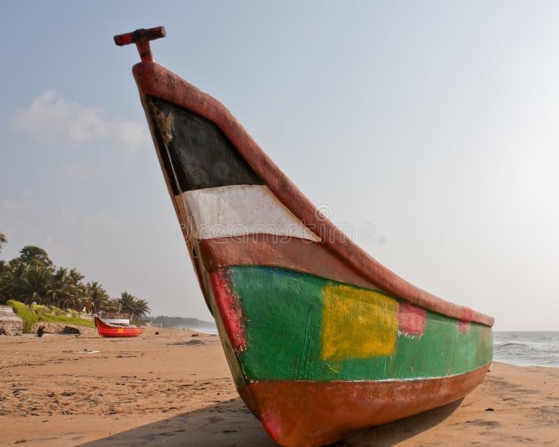 五颜六色海滩的小船 库存图片