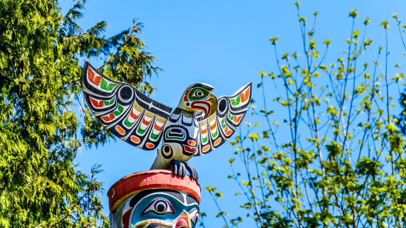 五颜六色的'Ga'akstalas'描述Quolous,一只传奇鸟的标识杆的上面 库存图片