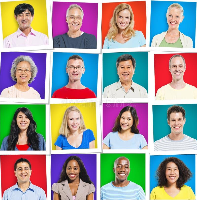 五颜六色的不同种族的人微笑 图库摄影