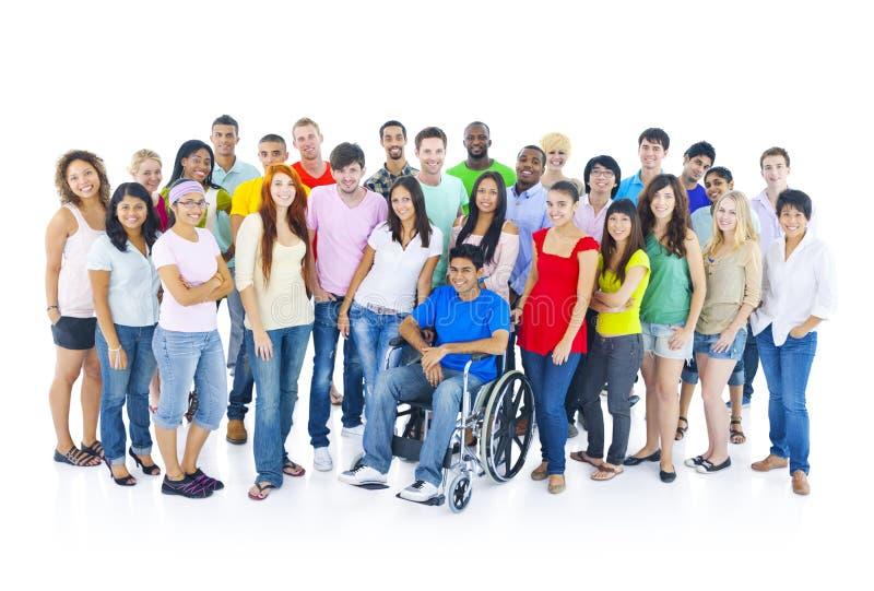五颜六色的不同种族的小组学生 免版税库存照片