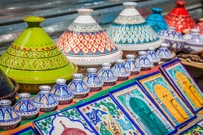 五颜六色的东方瓦器义卖市场(突尼斯) 图库摄影