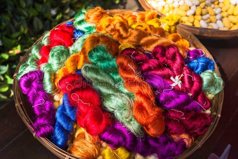 五颜六色的丝绸螺纹 泰国丝绸制造业 库存照片